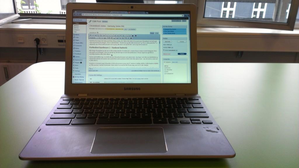 min chromebook set foran med tastatur og skærm