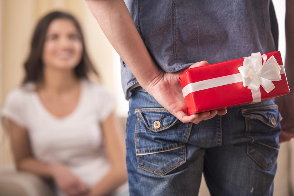 en mand giver gave til kæreste